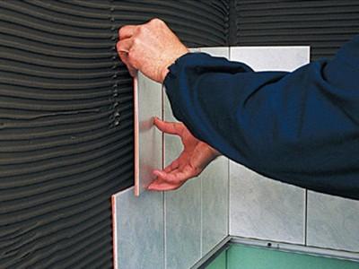 Монтаж керамической плитки на стену