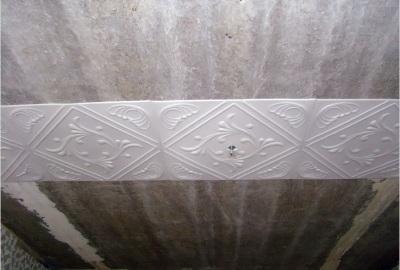 Поклейка первого ряда потолочной плитки
