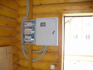 Сборка электрощитка в доме из дерева